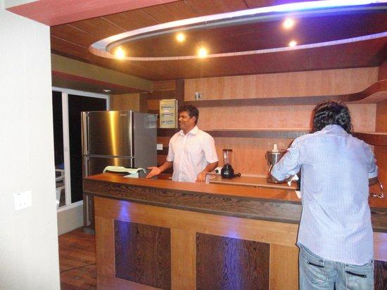 Ripple Beach Inn: Mr. Naseer behind the bar at the restaurant on the roof