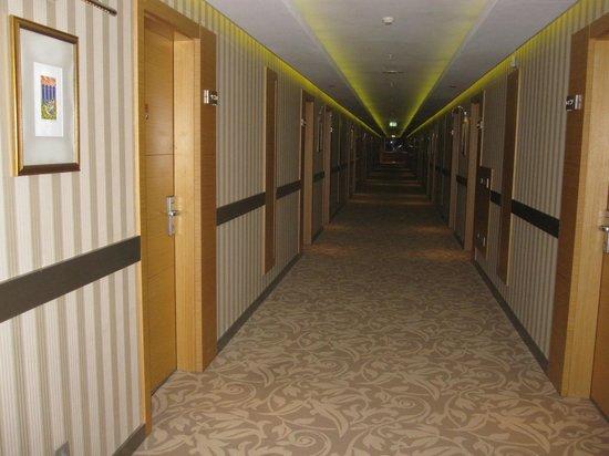 Bilkent Hotel and Conference Center: Pasillos hacia los cuartos