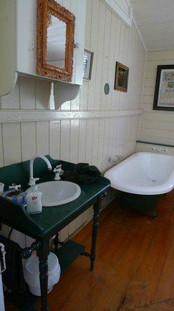 Cedar Glen Farmstay: Bathroom