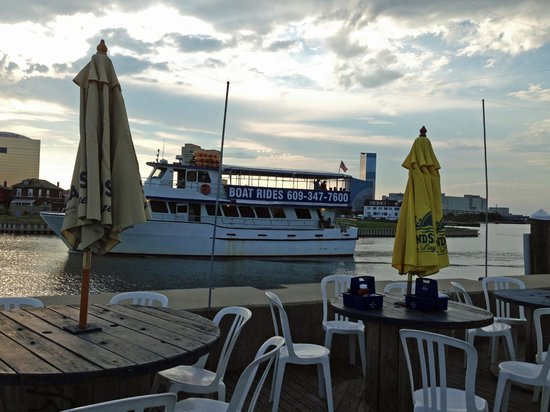 Scales Grill & Deck Bar: Party boat coming in to dock