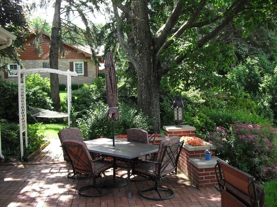 The Belsar Inn Bed & Breakfast : Back patio