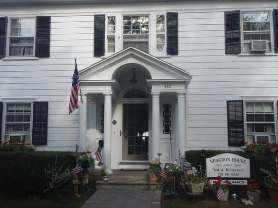 1907 Bragdon House Bed & Breakfast: Front of this charming B&B