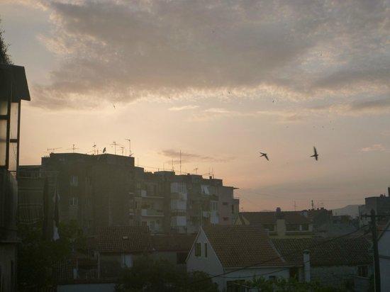 Hostel Split Backpackers : 共有リビングダイニングキッチン(喫煙可)からの夕日