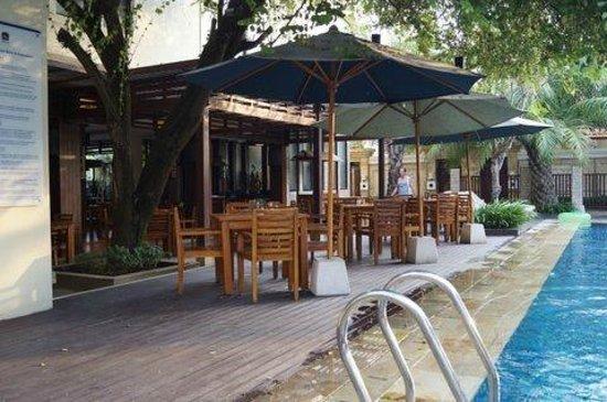 Best Western Kuta Villa: Dining Area Near Pool Side