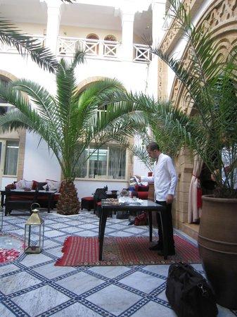 Riad Dar L'Oussia : Welcome mint tea in the foyer