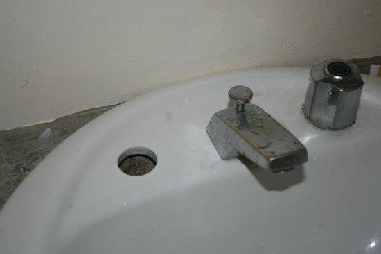 Green Village Langkawi : Broken sink