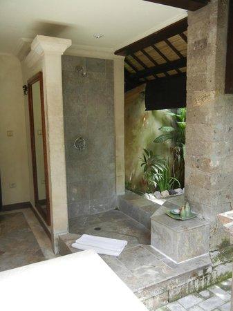 Hotel Vila Lumbung: Outside bathroom