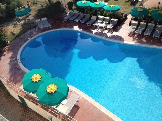 Hotel Tamerici: Piscina vista dalla sala colazione