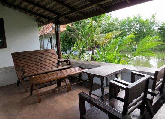 Jasmine Hills Villas & Spa: ons terras met uitzicht op t water