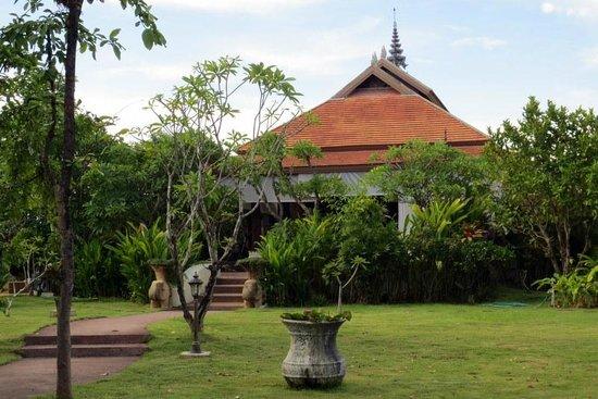 Jasmine Hills Villas & Spa: De tuin en het gezellige gebouw waar ontbeten en gedineerd kan worden