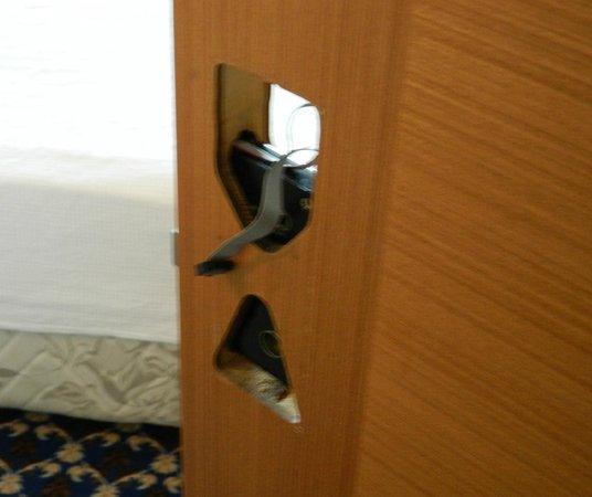Batont Garden Resort Hotel: door broken
