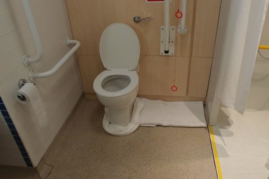 Holiday Inn Express Shrewsbury: Hotel solution to leaking toilet = towels