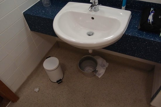 """Holiday Inn Express Shrewsbury: Split and blocked sink drain """"cured"""" with dirty old bucket - drips noisy"""