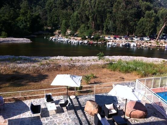 Le Marina : Les abords de la piscine... en friche