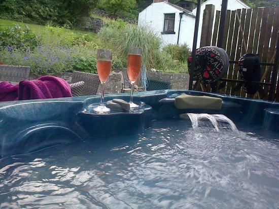 Cables B&B: Hot tub anyone?