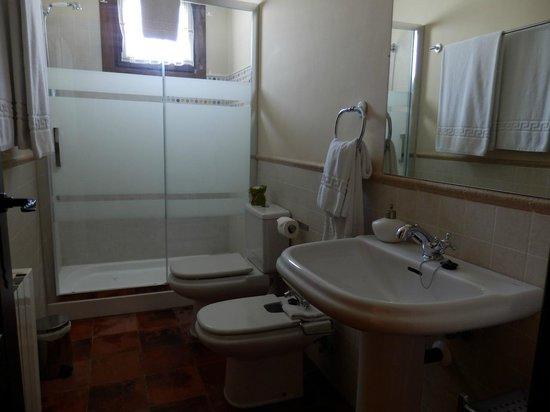 Casa Rural Descanso del Quijote: Baño de la habitación
