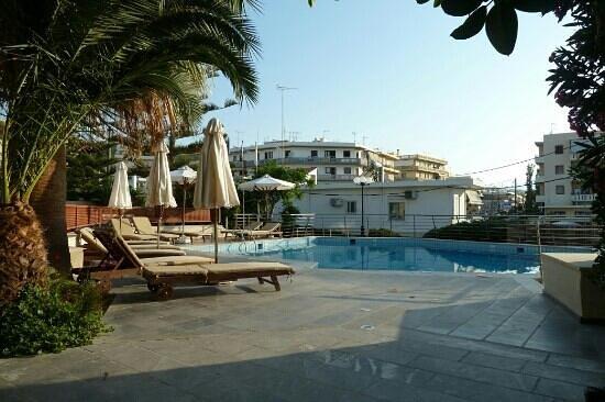 Minos Hotel: бассейн у входа