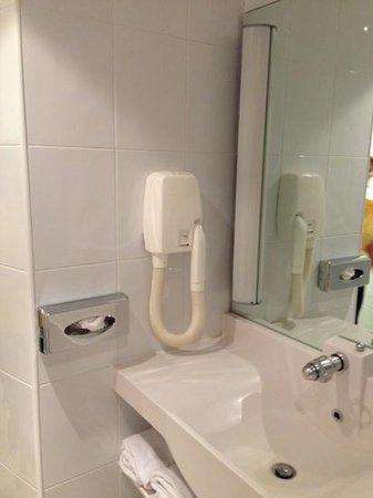 Novotel Paris Rueil Malmaison : hair dryer and sink. 06/27/2013