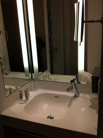 Mercure Nantes Centre Grand Hotel : Salle de bain type mercure
