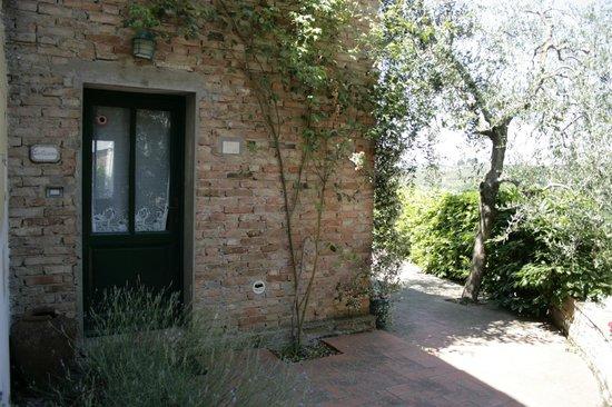 Fattoria Bacio: wejście główne z fragmentem tarasu