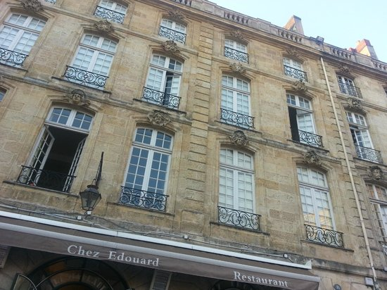 Le Bistrot d'Edouard : Beautiful terrace on the square in the old part of the city!