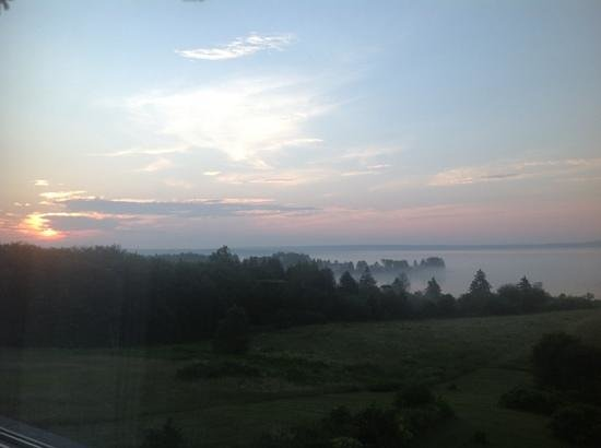 Gray Gables Bed and Breakfast: sunrise over the bay
