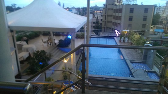 Iris - The Business Hotel and Spa: View of the pool from roof top sit out