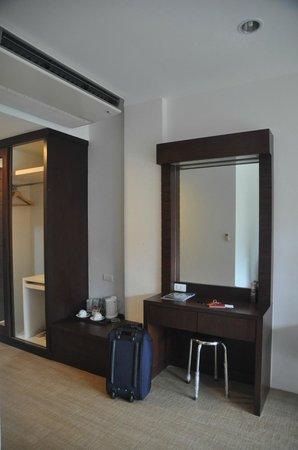 Aonang Regent Hotel: Wardrobe & dressing area