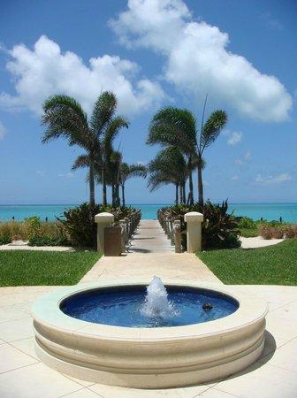 The Regent Grand: Walkway to beach