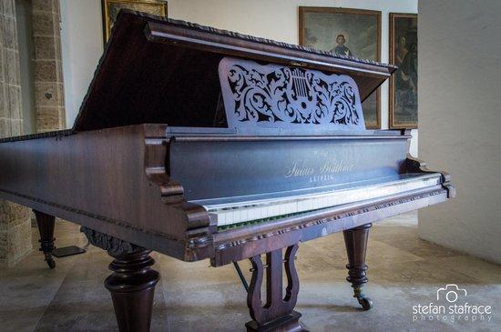 Wignacourt Museum: Piano on display on upper floor