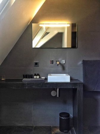 La Remise: bathroom