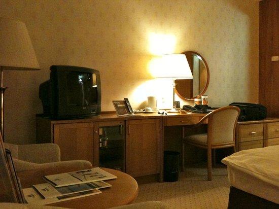 Maritim Hotel Stuttgart: La chambre est trés grande , vraiment agréable