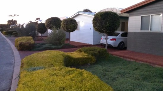 Merredin Tourist Park: Very neat grounds with carport