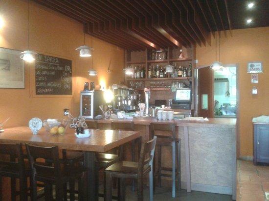 Rione Trastevere: Interior climatizado para comer, beber y Gin Club.