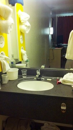 Motel 6 New London - Niantic: New Sink Area
