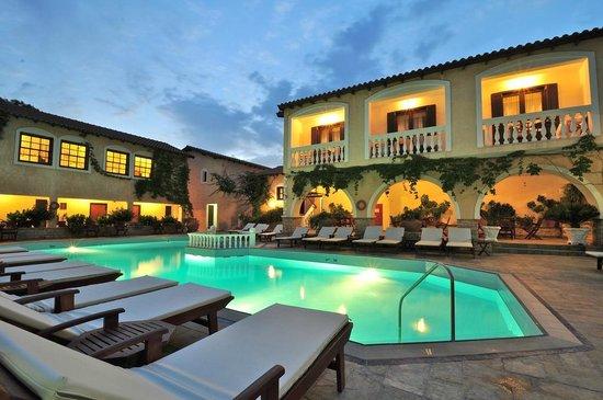 Ino Village Hotel: Courtyard pool area