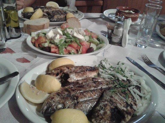 The Caravan Restaurant: em um dos jantares Hassan disse: amanhã vou comprar peixe fresco pra vocês e fazer grelhado. e V