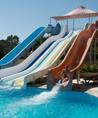Cactus Club Yali Hotels & Resort: toboggans de la piscine animée