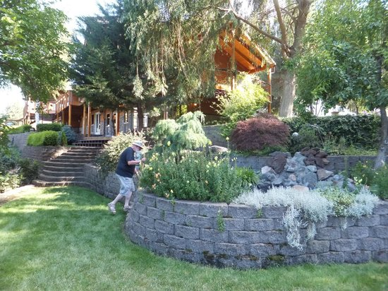 Victor and Dawna's Hells Canyon Resort: grounds of the main lodge
