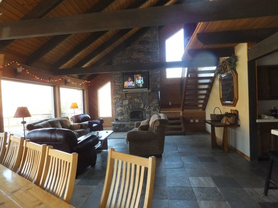 Victor and Dawna's Hells Canyon Resort: living room of lodge up the hill