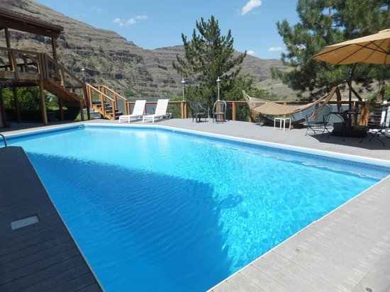 Victor and Dawna's Hells Canyon Resort: salt water pool