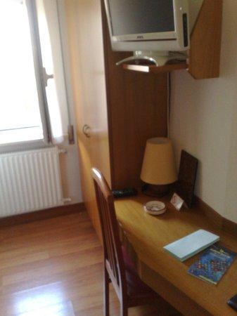 Hotel Signa: Molto pratica la scrivania e la tv satellitare