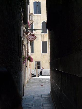 Hotel alla Fava: acces a l'hotel en revenant de San Marco