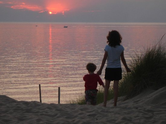 MichiMonaMac Lakeshore Cottages: Sunset