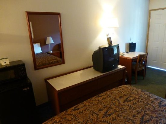 GuestHouse Inn Yakima: Old TV