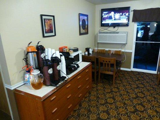 GuestHouse Inn Yakima: Breakfast area