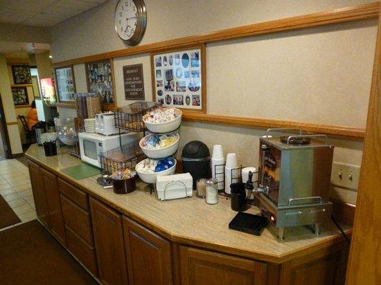 Ruby's Inn: Breakfast bar