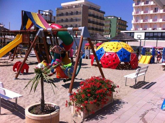Beach Hotel Apollo : Spielplatz am Strand (Hotel Apollo hinten rechts im Bild)