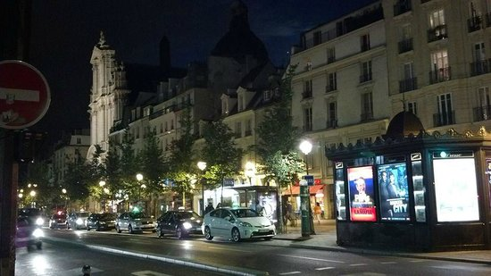 Nightime view of street right in front of Hotel Pointe Rivoli
