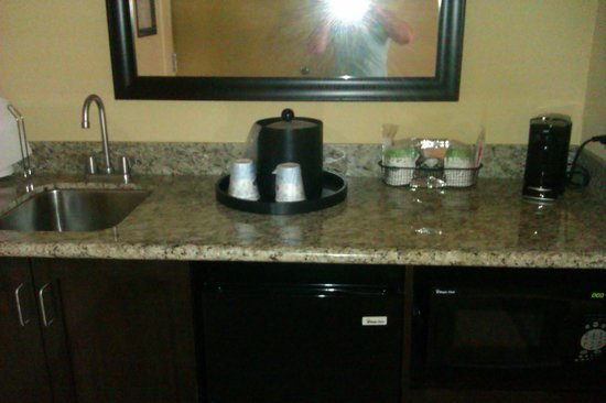 Hampton Inn & Suites Thousand Oaks: fridge microwave area